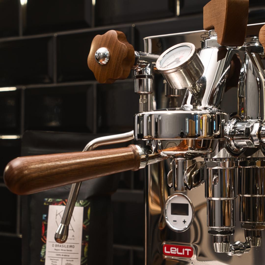 Kava Kaffee Maschine mit Chrom-Holz Optik Siebträger